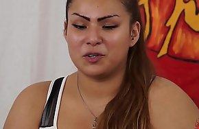 Casting a una ragazzina peruviana BBW di nome sharon. Un po di domande poi inizia a masturbarsi (parte prima). Nella seconda parte Capitano Eric le fara conoscere la potenza del porno